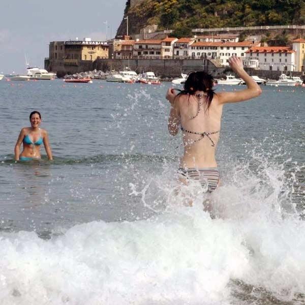 Nawet beztroskie wbiegnięcie do morza z hiszpańskiej plaży może zakończyć się kontuzją.