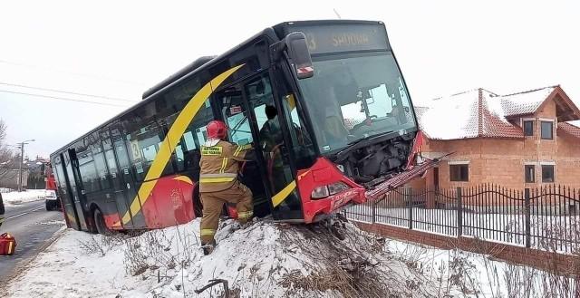 Miejski autobus wjechał na skarpę i zawisł...