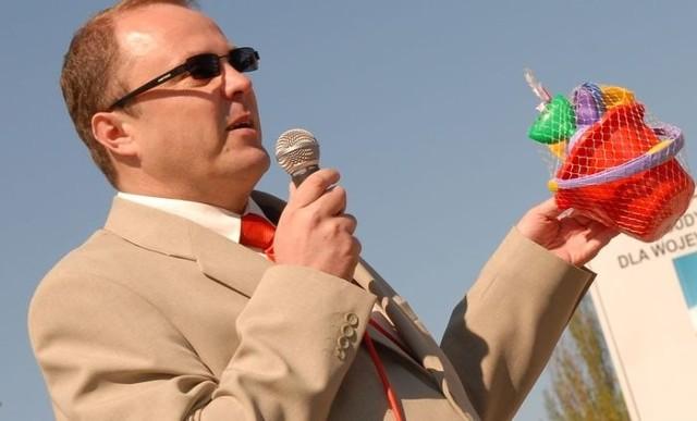 Takie zestawy zabawek padły łupem złodzieja. Na zdj. lider ostrołęckiego SLD, Tadeusz Chabudziński