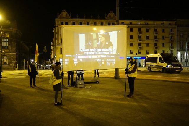 W sobotę, o godzinie 18.30 na placu Wolności pojawiło się kilkanaście młodych osób z emblematami Fundacji Pro – Prawo do Życia. Ich modlitwę osłaniało wielu policjantów. Zobacz więcej zdjęć ---->