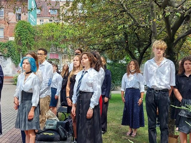 25 czerwca o godzinie 10 uczniowie z Uniwersyteckiego I Liceum im. Juliusza Słowackiego zakończyli rok szkolny 2020/21. Młodzież z tej okazji przygotowała program artystyczny, w którym m.in. zaśpiewała hymn szkoły. Wejdź w naszą galerię i przekonaj się co jeszcze przygotowali uczniowie na zakończenie roku.