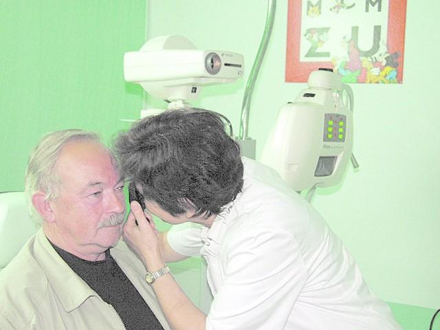 Lekarz okulista z Opola Lucyna Madziar w trakcie badania wzroku u pacjenta.