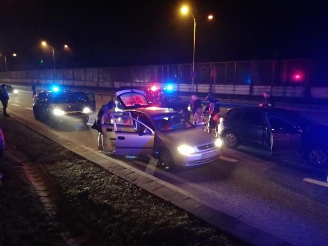 Policjanci rozbili 5-osobową szajkę, która włamywała się do tirów z towarem parkujących przy autostradach i drogach ekspresowych w Polsce centralnej. Rabusie to notowani już wcześniej mieszkańcy Otwocka w wieku od 30 do 43 lat. Wszyscy zostali aresztowani. Grozi im do 10 lat więzienia. CZYTAJ WIĘCEJ NA KOLEJNYM SLAJDZIE>>>