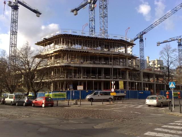 Budowa nowych mieszkań w WarszawieZgodnie z danymi GUS w maju 2102 r. deweloperzy oddali do użytkowania 4000 mieszkań. To o 19,2% więcej niż w tym samym okresie przed rokiem. Wynik ten wpisuje się w widoczny od kilku miesięcy trend. Jest to efekt kończących się budów, których rozpoczęcie przypada na pierwszą falę pokryzysowego ożywienia.