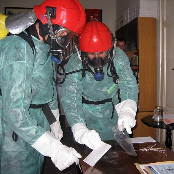 Służby ratownictwa chemicznego zabezpieczyły tajemiczą przesyłkę.