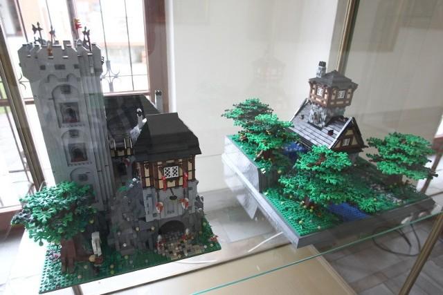 Świat z klocków Lego w rzeszowskim muzeumStacja kolejowa, wesołe miasteczko, bitwa pod Oliwą, modele budynków i samochodów - to tylko niektóre konstrukcje z najsłynniejszych klocków świata, jakie można oglądać w rzeszowskim Muzeum Okręgowym.