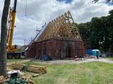 Trwa odbudowa  gotyckiego kościoła w żuławskim Orłowie. Ks. proboszcz: Pękniętą w czasie pożaru kropielnicę złożymy w całość [zdjęcia]