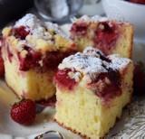 Łatwe ciasta jogurtowe z owocami – pyszny deser dla każdego [PRZEPISY]