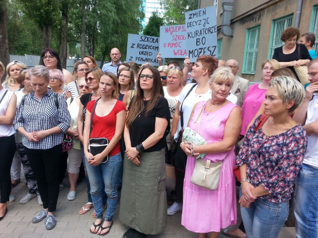 Środowy protest przed SP nr 128 w Łodzi