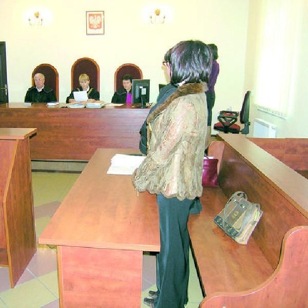 Wyroku oskarżona wysłuchała na stojąco.