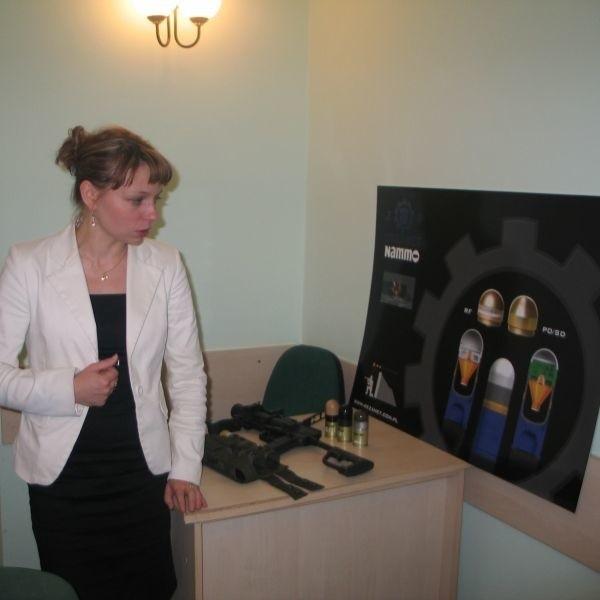 """Renata Kieler szefowa biura marketingu w """"Dezamecie"""" prezentuje nowe wyroby, jakie będą produkowane w nowodębskich Zakładach Metalowych. To między innymi nowoczesna amunicja kumulacyjno-odłamkowa z zapalnikiem uderzeniowym."""