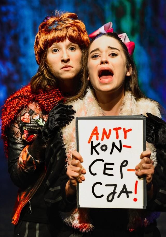"""Anna Paliga (z lewej) w spektaklu dyplomowym """"Pomysłowe mebelki z gąbki"""" w reżyserii Mariusza Grzegorzka"""