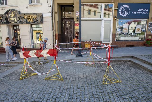 Odpowiednie służby zajmują się już wybijającym w centrum miasta źródełkiem.
