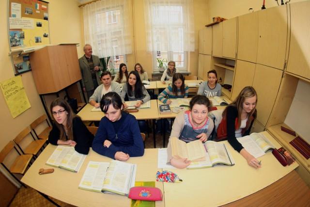 Uczniowie kl. 3a Liceum Ogólnokształcącego w Grybowie, by wczoraj dotrzeć do małej pracowni lingwistycznej na lekcję języka francuskiego, musieli przejść przez salę, gdzie lekcję miała inna klasa