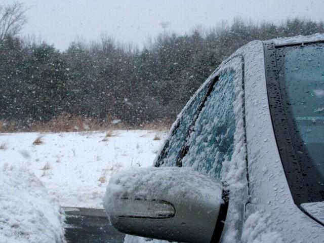 Marznący śnieg z deszczem będą stwarzać zagrożenie na drogach.