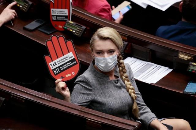 """Posłowie Koalicji Obywatelskiej i Lewicy protestowali na sali sejmowej, wykorzystując do tego tektury w kształcie dłoni. Znalazły się na nich hasła: """"Tak dla konwencji antyprzemocowej, nie dla legalizacji przemocy w rodzinie""""."""