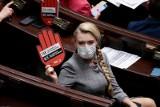 """""""Tak dla rodziny, nie dla gender"""". Projekt trafił do dalszych prac. Strajk opozycji w Sejmie"""