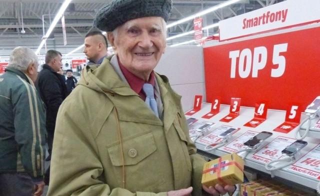 93 - letni pan Ludomir Zawistowski był jednym z pierwszych klientów. Przyszedł kupić sobie smartfon.
