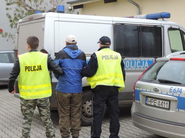W środę, 8 listopada, policjanci zatrzymali 62-latka, który brutalnie pobił psa w Skwierzynie. – Bronisław M. tłumaczył, że zdenerwował się, bo od kilku miesięcy pies zabijał mu kury. Usłyszał zarzut znęcania się nad zwierzęciem ze szczególnym okrucieństwem, za co grozi mu do trzech lat pozbawienia wolności – mówi asp. Justyna Łętowska z komendy w Międzyrzeczu.Do brutalnego pobicia doszło w Skwierzynie w zeszły czwartek. Weterynarze ledwo odratowali skatowaną suczkę husky. Wolontariusze Zwierzaków Niczyich ogłosili zbiórkę pieniędzy na nagrodę za wskazanie sprawcy. Suma przekroczyła 4 tys. zł. Pieniądze wpływały także na leczenie psa. Szczota, bo tak na imię suczce, przeszła operację w gorzowskiej lecznicy, dochodzi do siebie, jednak będzie wymagała długiej rehabilitacji.Początkowo nie wiadomo było, w jakich okolicznościach doszło do tak dotkliwych ran u znalezionej suczki. Policjanci założyli, że mogło do tego dojść podczas wypadku komunikacyjnego lub piesek mógł być brutalnie pobity, jednak lekarz weterynarii jednoznacznie stwierdził, że obrażenia, jakie ma pies mogły powstać jedynie w wyniku uderzeń tępym narzędziem.W lecznicy trwała walka o życie pieska, a w tym samym czasie policjanci szukali sprawcy przestępstwa oraz właściciela psa. Do działań przyłączyło się stowarzyszenie, które wyznaczyło nagrodę za udzielenie informacji dotyczace sprawcy pobicia oraz liczni mieszkańcy Skwierzyny oraz okolic, którzy wymieniali się informacjami za pomocą mediów społecznościowych, jednocześnie przekazując je Policji.Początkowo policjanci ustalili właścicielkę pieska. Podczas wykonywania czynności z kobietą, okazało się, że nie dopilnowała ona zamknięcia posesji i piesek uciekł.Intensywne działania oraz zebrane informacje przyczyniły się do zatrzymania podejrzanego o znęcanie się nad psem. Okazał się nim 62-letni mieszkaniec Skwierzyny. Mężczyzna został zatrzymany. Usłyszał zarzut znęcania się nad zwierzęciem szczególnym okrucieństwem. Twierdził, że zdenerwował się, ponieważ 