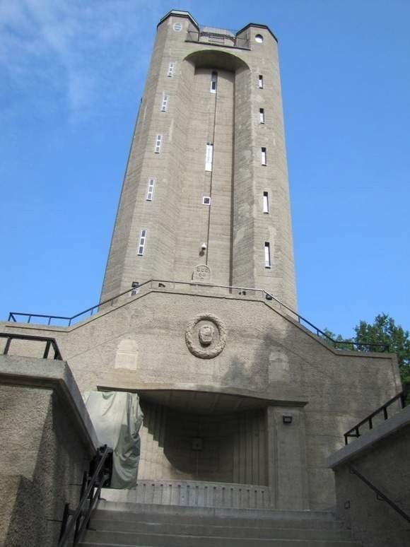 Budowla powstała w w 1907 roku ku czci kanclerza Otto von Bismarcka.
