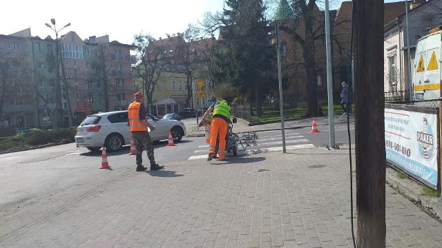 Malowanie pasów na ulicach Chełmnie potrwa do maja. Oby pogoda sprzyjała