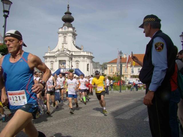Pierwszy Bieg Wadowicki zaliczył też burmistrz Wadowic Mateusz Klinowski. Pokonał on całą trasę i z czasem 1 godzina 21 sekund, zajmując 396 miejsce. Burmistrza można zobaczyć na naszym filmie.