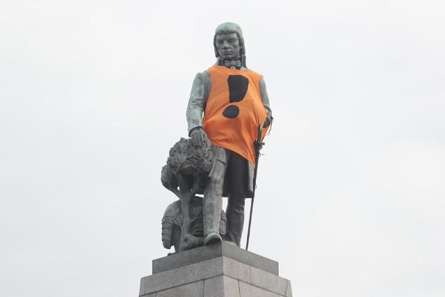 Tadeusz Kościuszko w kamizelce symbolizującej poparcie dla strajkujących nauczycielli