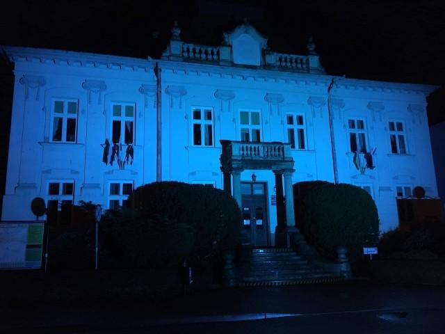 Urząd Miasta w Tarnobrzegu podświetlony na niebiesko z okazji Światowego Dnia Autyzmu.