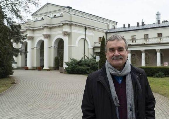 Wojciech Lubawski przed Sanatorium Marconi, perłą Uzdrowiska Busko-Zdrój