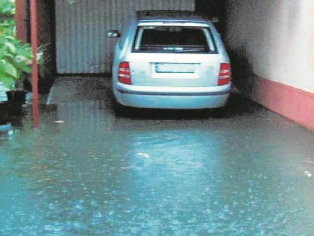 Ulicę Świętego Ducha remontowano zgodnie z projektami. Tymczasem podczas ulewnych deszczy woda zalewa posesje.