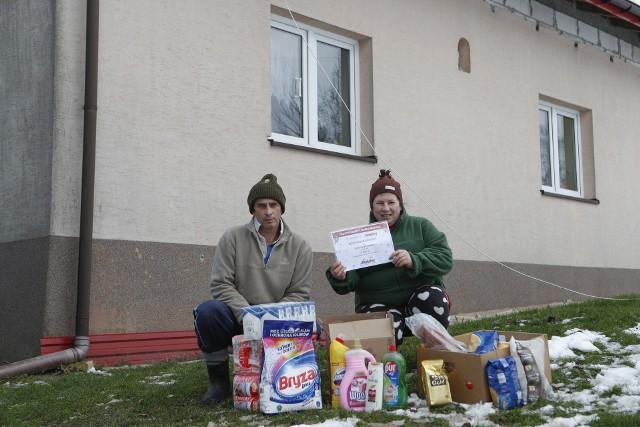 Czteroosobowa rodzina dostała m.in. żywność, środki czystości i bon  na zakupy w sklepie Majster