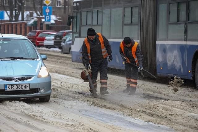 Na krakowskich drogach zebrała się spora warstwa śniegu, było ślisko