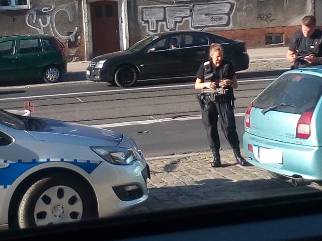 Policjantka z pistoletem maszynowym podczas kontroli na ulicy Dąbrowskiego