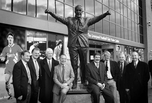 Roger Hunt (pierwszy z lewej) i inne legendy Liverpoolu pod pomnikiem Billa Shankly'ego