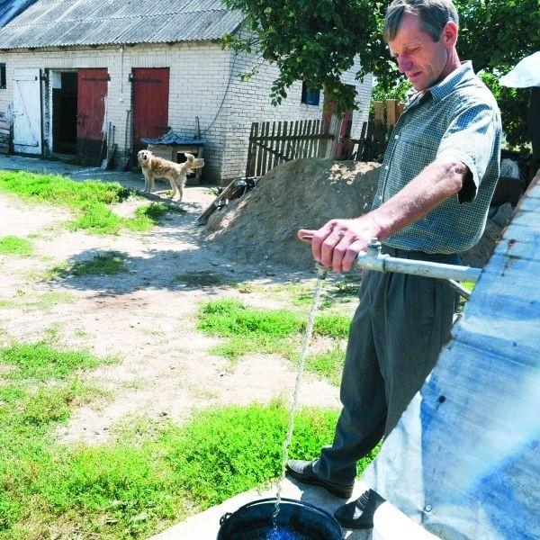 Antoni Gałązka wodę czerpie z głębokiej na 18 m studni, którą odwiercono w 1939 r., ale na potrzeby gospodarstwa musi ją dowozić. Co dzień pokonuje 8 km i traci cenny czas.