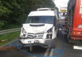 Wypadek na trasie Niwki - Kalinowice w powiecie strzeleckim. Bus uderzył w przyczepę traktora. Jedna osoba trafiła do szpitala