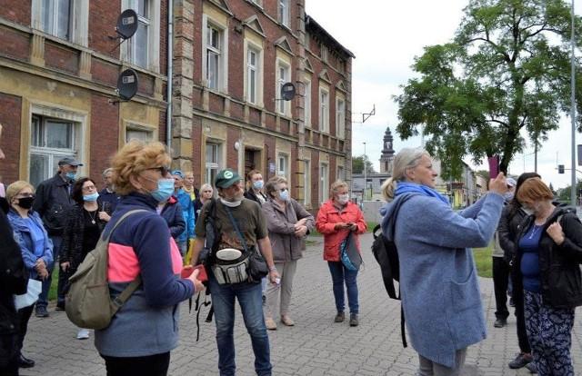 Krajoznawca i przewodnik Antoni Ścigacz (w środku) pokazał uczestnikom spaceru wiele interesujących  miejsc w Mątwach
