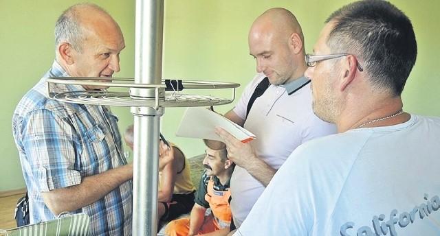 Pracownicy STBS po bezproblemowo zakończonej eksmisji. Z lewej Marek Czabanowski obok Dariusz Gołuchowski.
