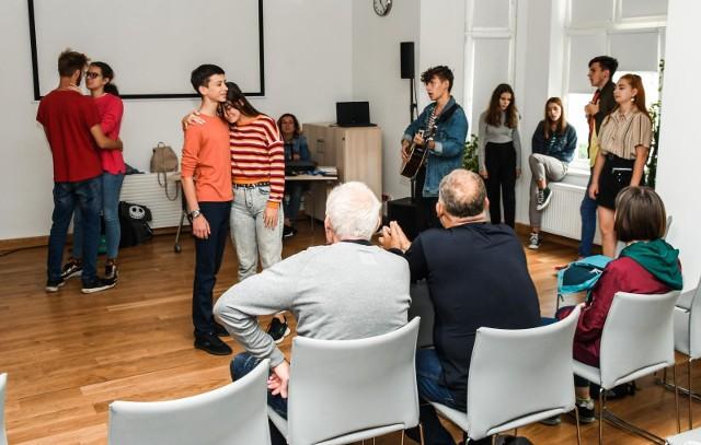 Młodzi ludzie ćwiczyli w czwartek w Bydgoskim Centrum Organizacji Pozarządowych i Wolontariatu przed piątkowym koncertem w Kujawsko-Pomorskim Centrum Kultury