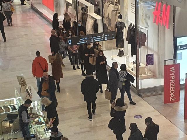 Poznaniacy wyruszyli na zakupy. W galeriach handlowych tworzyły się kolejki przed wejściami do niektórych sklepów