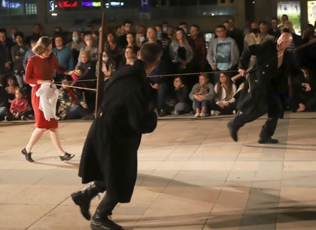"""Na Placu Jagiellońskim Teatr Biuro Podróży zaprezentował swój głośny spektakl """"Carmen Funebre""""."""