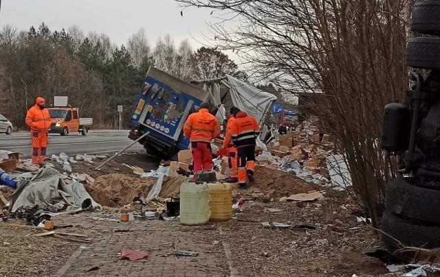 Jeszcze 12 stycznia, dzień po wypadku, strażacy z Gielniowa porządkowali teren w miejscu zderzenia ciężarówek na krzyżówkach gielniowskich.
