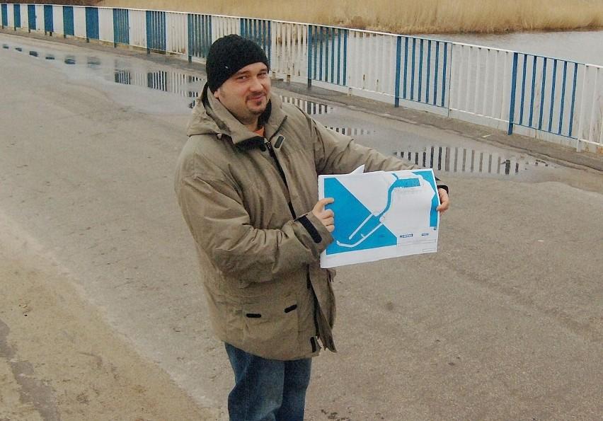 Koncepcja, którą pokazuje Bogusław Adamów, pracownik Urzędu Gminy w Mielnie, zakłada, że ten most nad kanałem, łączący Unieście z Łazami, będzie zwodzonym.