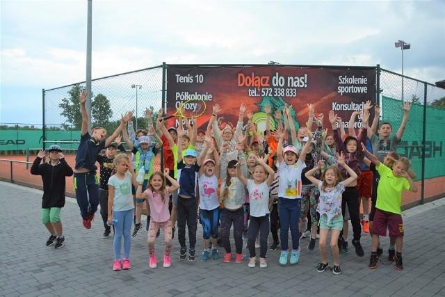 Dzieci z gminy Wielka Wieś uczestniczą w wakacyjnych półkoloniach, które organizuje im centrum kultury i klub tenisowy
