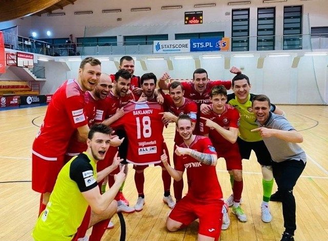 Andrey Baklanov - to pochodzący z Łotwy zawodnik Red Dragons Pniewy, który podczas ostatniej przerwy na kadrę doznał kontuzji stawu skokowego i przeszedł operację. Drużyna zadedykowała mu awans do finału, w którym Łotysza niestety nie zobaczymy.