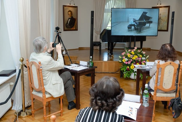W tym roku zmieniono formę Międzynarodowego Konkursu Pianistycznego im. Fryderyka Chopina dla Dzieci i Młodzieży w Szafarni. Przesłuchania zorganizowano zdalnie, a obrady jury stacjonarnie. Możemy zobaczyć uczestników z całego świata w pięknych salach koncertowych, szkołach i prywatnych wnętrzach