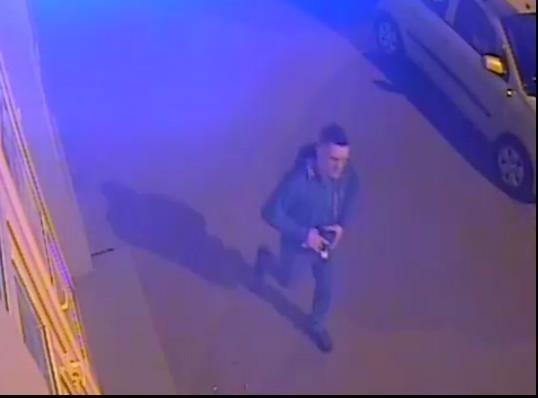 Młody, krótko ostrzyżony mężczyzna w niebieskiej bluzie z kapturem - tak wygląda sprawca podpalenia smażalni kurczaków przy ul. Rzgowskiej 18. Do pożaru poprzedzonego wybuchem doszło dwa lata temu. Do tej pory policjantom nie udało się zatrzymać podpalacza. Prokurator Prokuratury Rejonowej Łódź-Górna wydał zgodę na  publikację zapisu z monitoringu z wizerunkiem sprawcy podpalenia.Czytaj więcej na następnej stronie