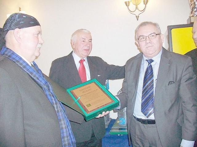 Prof. dr hab. Edward Arseniuk (z prawej), przewodniczący Rady Ekspertów PZPRZ składa życzenia Janowi Krzemińskiemu (z lewej), prezesowi BIN Sp. z o.o.,  w głębi Stanisław Kaszubski, przewodniczący rady nadzorczej spółki.