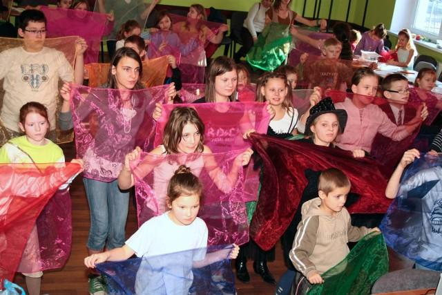 Zajecia taneczne w Ognisku Pracy Pozaszkolnej gromadzily sporo chetnych