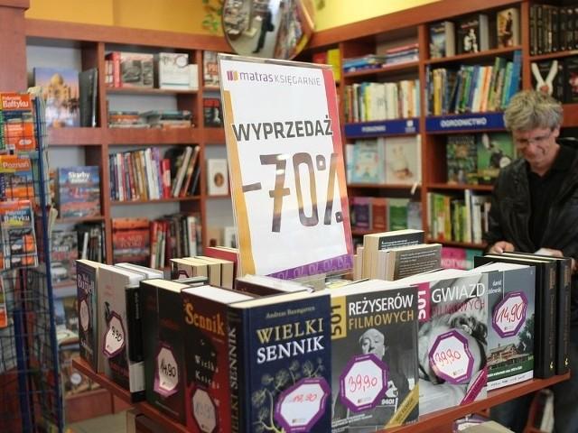 Aktualnie w księgarniach trwają wyprzedaże książek.